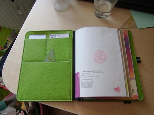Taschenbegleiter-Innenansicht: Frontklappe mit Taschen und Kalender-Titelseite